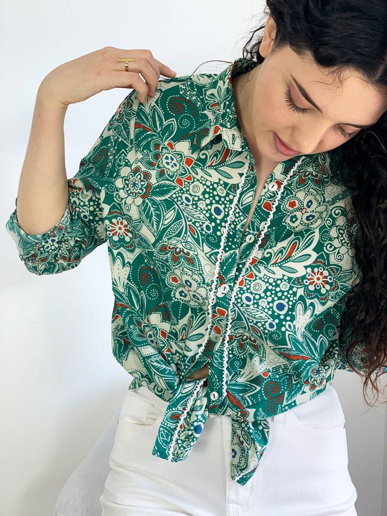Chemise pour femme Nadia, 100% coton, manches ajustable, imprimé vert sur fond caramel