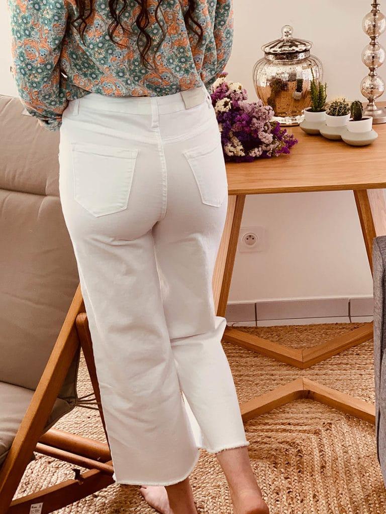 Pantalon femme blanc en jean stretch (porté vu de dos), marque Ô'tez mode, modèle pantalon Jose
