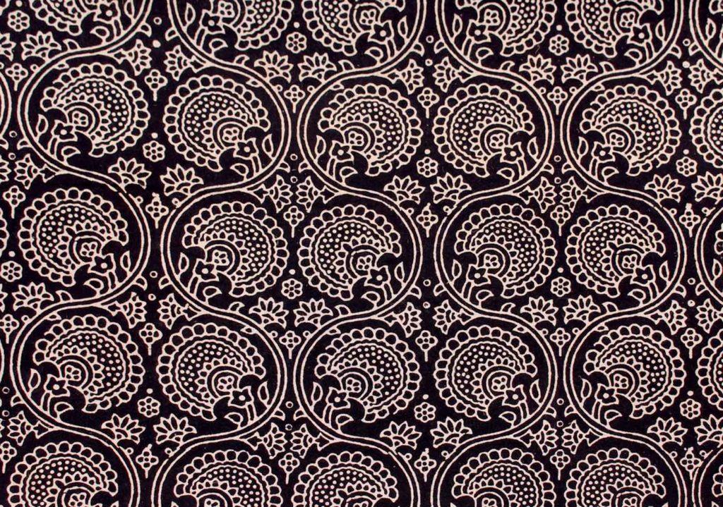 motif arabesque sur tissus noir et blanc